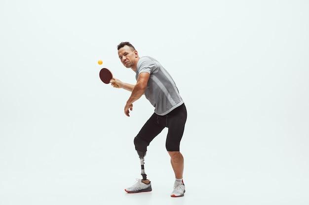 흰색 벽 전문 남성 테이블에 고립 된 장애 또는 절단 된 선수