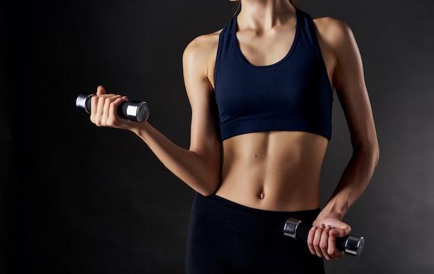 검은 팔 근육 보디 빌딩 피트니스에 그녀의 손에 아령 운동 선수