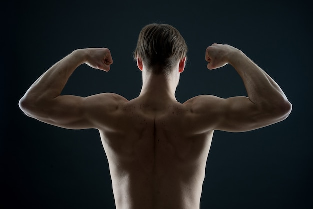 맞는 몸통 다시 보기를 가진 선수 남자 보디 플렉스 팔 근육 스포츠맨 쇼 팔뚝