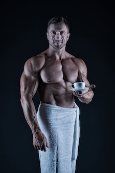 Спортсмен с шестью пакетами и мышцами пресса. спорт и фитнес. концепция гигиены тела. обнаженное тело культуриста. утренний кофе. сексуальный спортсмен вытирает полотенце для тела после душа. человек мускулистый голый торс.