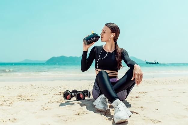 運動後の水を飲む運動選手の女性