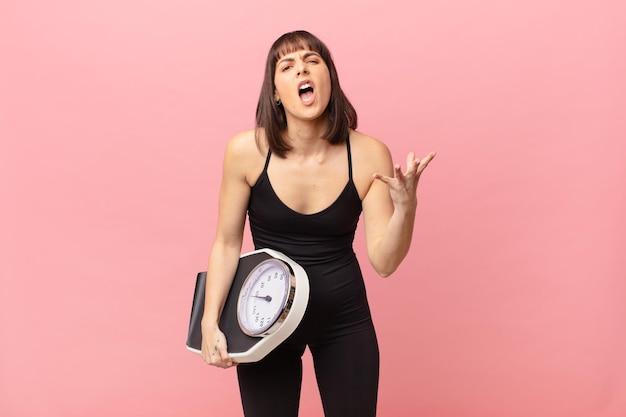 Женщина-спортсменка выглядит сердитой, раздраженной и разочарованной, кричит, черт возьми, или что с тобой не так