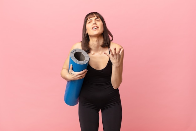 Женщина-спортсменка выглядит отчаянной и разочарованной, подчеркнутой, несчастной и раздраженной, кричит и кричит