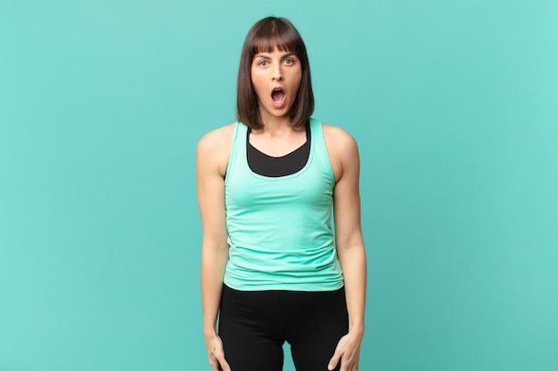 Спортсменка выглядит очень шокированной или удивленной, смотрит с открытым ртом и говорит: