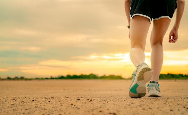Спортсмен женщина бегун готовится к запуску тренировки в парке по утрам. женщины носят спортивную обувь для гонки. азиатская женская кардио тренировка для здоровой жизни.