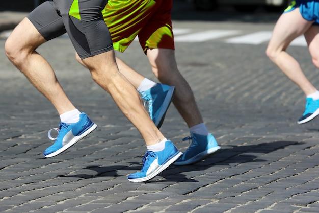선수들은 포장도로에서 마라톤을 하고 있습니다. 스포츠와 건강