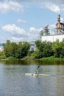 Спортсмены тренируются в каякинге по реке