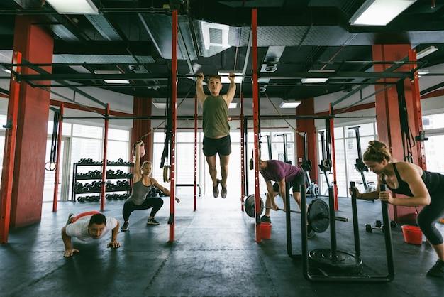 クロスフィットジムでトレーニングするアスリート