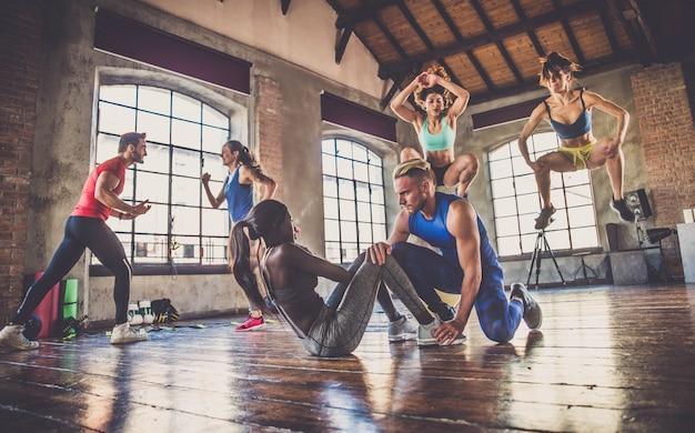 체육관에서 운동 선수