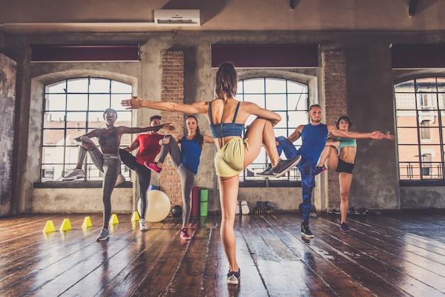 Тренировка спортсменов в спортзале