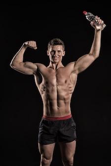 바지에 운동 보디 포즈입니다. 검투사 또는 물병이 있는 아틀란트. 벌거벗은 가슴을 가진 남자. 스포츠와 운동. 근육질의 몸매를 가진 남자.
