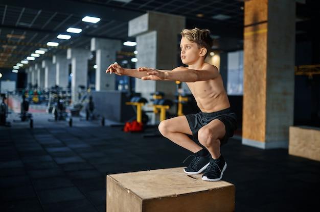 체육관에서 받침대에 균형 운동을 하 고 운동 소년. 스포츠 클럽, 건강 관리 및 건강한 라이프 스타일 훈련, 에어로빅 운동 모범생, 낚시를 좋아하는 청소년