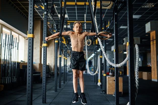 체육관에서 반지에 운동을 하 고 운동 소년입니다. 스포츠 클럽, 건강 관리 및 건강한 라이프 스타일 훈련, 에어로빅 운동 모범생, 낚시를 좋아하는 청소년