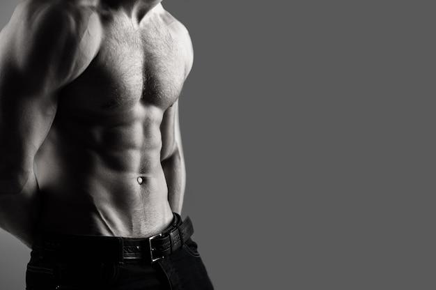 Атлетический кавказец, ab, шесть пакетов, мышцы груди, трицепсы. красивый мужской торс, ab. сексуальный мужчина, обнаженное тело, обнаженный мужчина