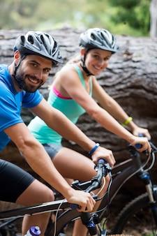 숲에서 자전거 운동 부부