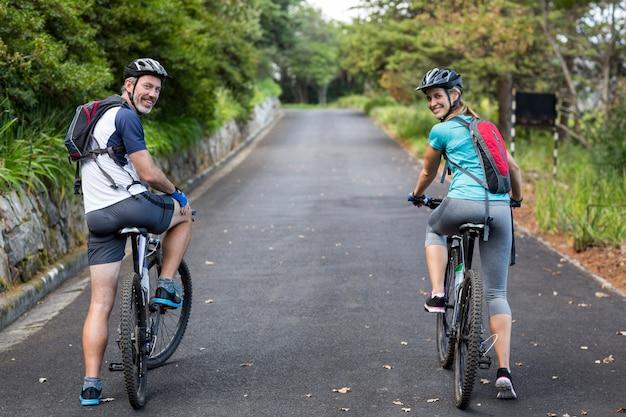 公道でサイクリング運動のカップル