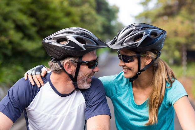 Спортивная пара смотрит лицом к лицу во время езды на велосипеде