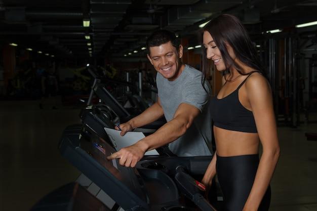 Спортивная пара на тренировке в фитнес-клубе