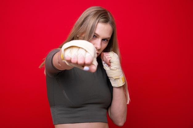 赤い背景の上の運動女性ボクサー