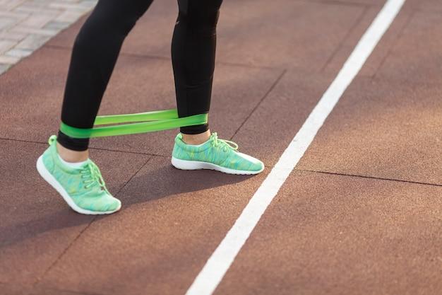 Gambe femminili atletiche che fanno gli esercizi di forma fisica