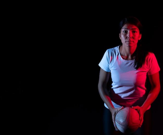 복사 공간 공을 들고 운동 여성 럭비 선수