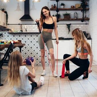 一緒に家で運動している運動の女性。