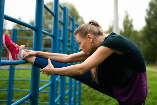 계단 단지에서 스트레칭을 하 고 운동 소녀입니다. 어떤 목적을 위해