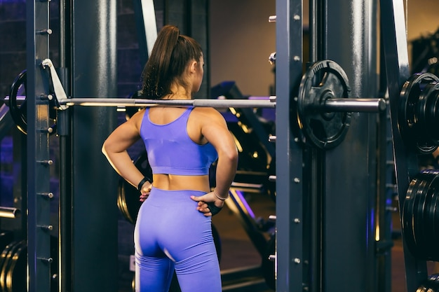 ジムで運動している運動の女の子セクシーなフィットネス女性が運動フラット腹をしている