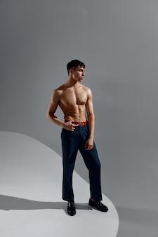 ジーンズと靴の裸の胴体のアスリート男性モデル