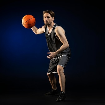 バスケットボールを持った運動選手
