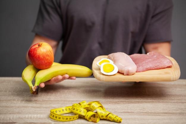 운동 선수는 운동 선수의 적절한 영양을 위해 고기 보드를 들고