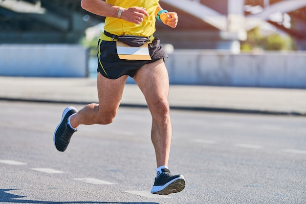 市内のスポーツウェアでジョギングアスリート男
