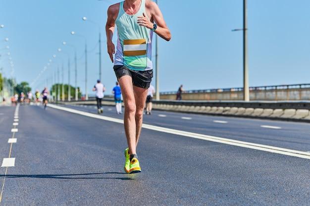 Спортивный человек, бег в спортивной одежде в городе Premium Фотографии