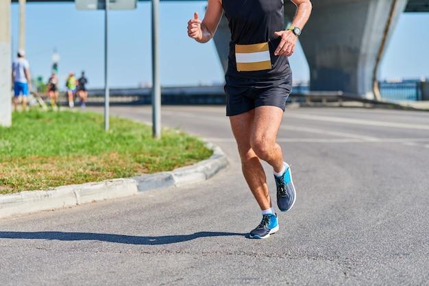 Спортивный человек, бег в спортивной одежде в городе