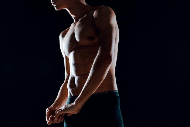 アスリートマン筋肉腹筋クロップドビューモチベーションエクササイズフィットネス。高品質の写真