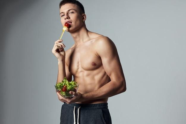 アスリート男性筋肉胴体プレートサラダ健康食品トレーニング