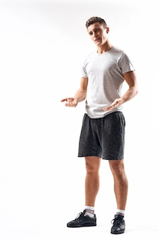 전체 성장과 조깅 충전 반바지 운동화 티셔츠에 가벼운 공간에 운동 남자.