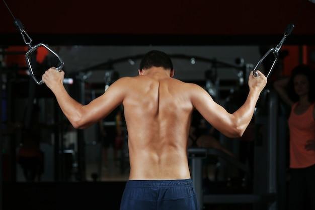ジムで背中の筋肉をトレーニングする運動男