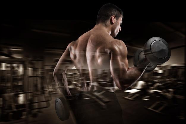 체육관 배경에서 운동하는 남자 훈련 팔뚝