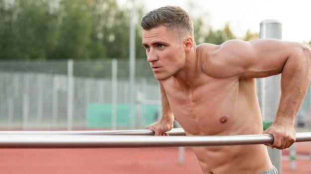 上半身裸でトレーニング運動の男