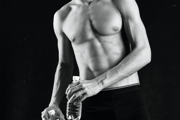 ポンプアップされた体の黒と白の写真の男性の運動を持つ運動選手