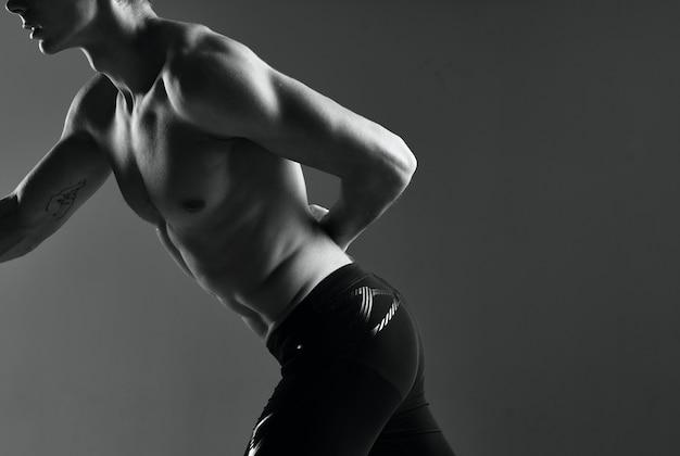 Спортивный (ый) человек с гантелями в руке делает упражнения