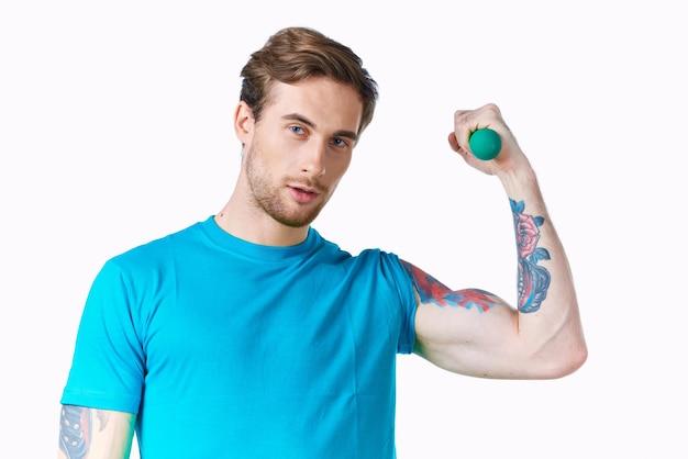 膨らんだ腕のダンベル上腕二頭筋のトレーニング