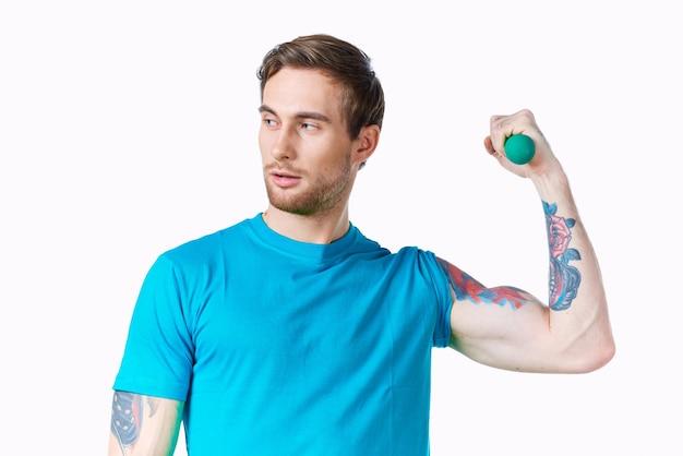 膨らんだ腕のダンベル上腕二頭筋トレーニングと運動選手 Premium写真