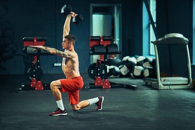 運動選手はバーベルでジムで運動します