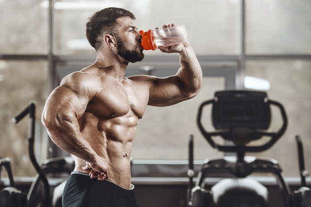 ジムで水を飲む運動男性