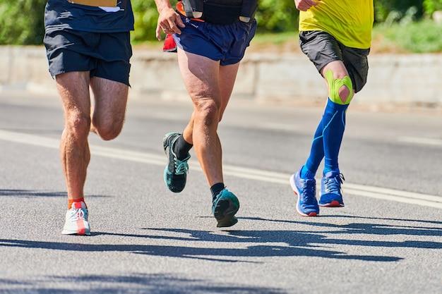 Спортивные мужчины бегают в спортивной одежде в городе