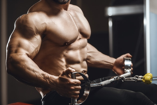 ジムでトレーニングエクササイズをしている筋肉をポンピングする運動男性