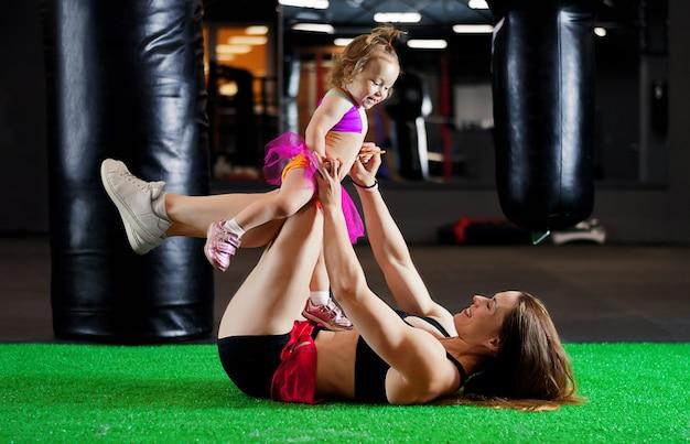 작은 딸과 함께 운동 어머니