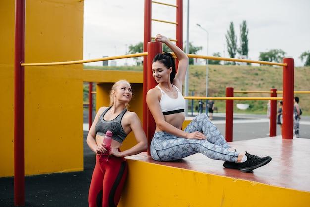 アスレチックでセクシーな女の子は屋外でスポーツをします。フィットネス、健康的なライフスタイル。